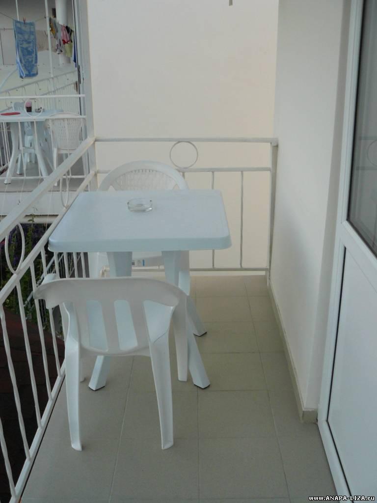 Столик и стулья на балконе.